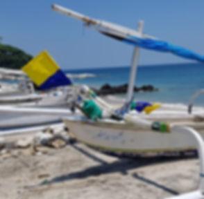 Яхта с украинскими цветами флага