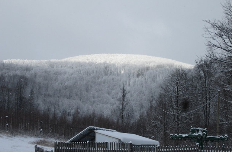 Белая вершина напротив Синяка