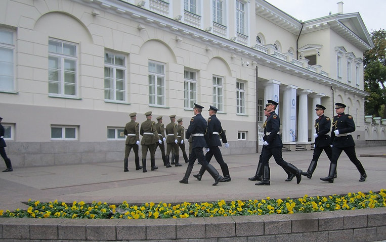 После замены флагов солдаты уходят