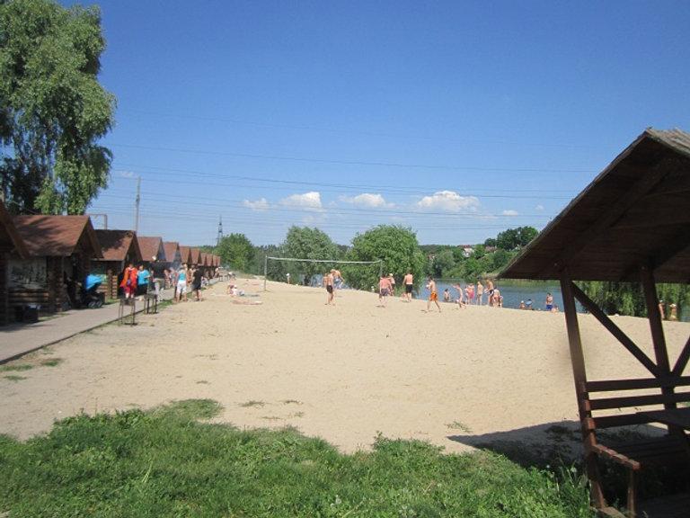 Играют в волейбол на озере Крючок