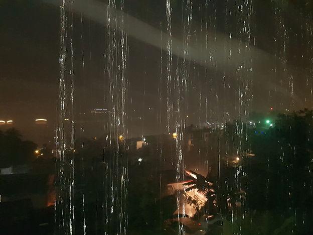 Дождь льет ночью на террасе