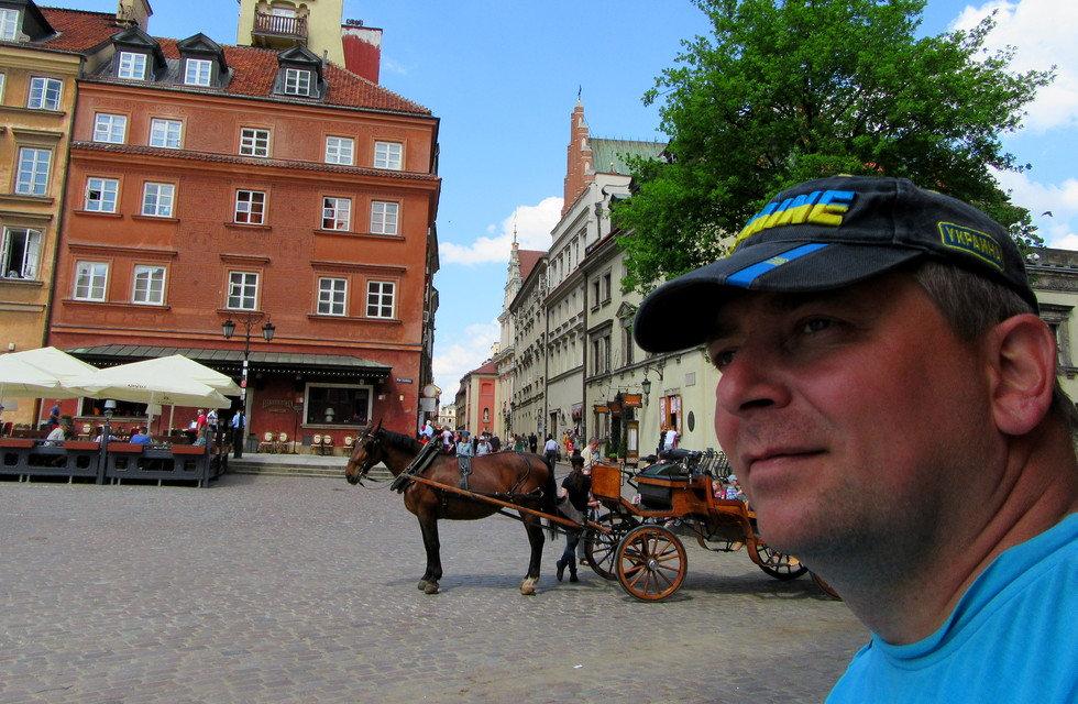 Карета на площади старого города
