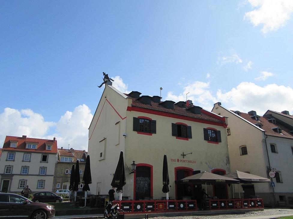 Дом со скульптурой на крыше