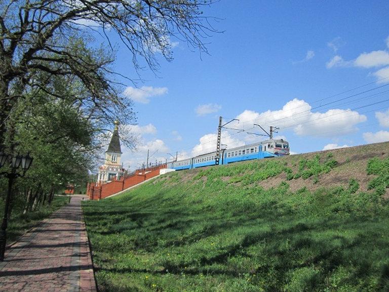 Электропоезд проезжает возле Спасова Скита