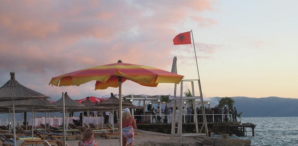 Албания, свадьба под флагом на пляже, вечер
