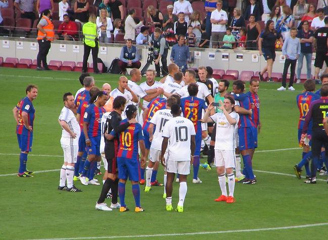 Игроки обнимаются после матча