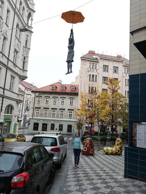 Женщина, летящая на зонте, Прага