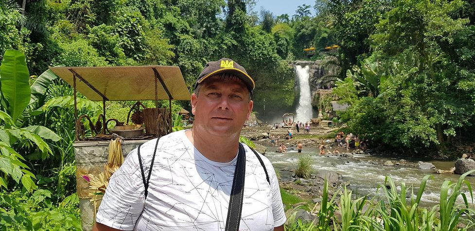 Селфи возле водопада Тегенунган