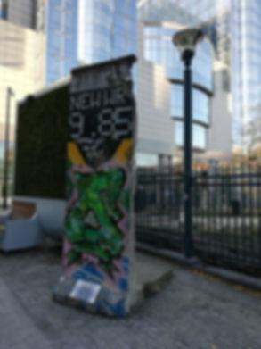 Фрагмент Берлинской стены во дворе Европарламента