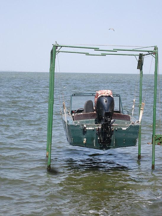 Лодка парит над водой