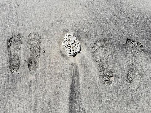 Наши следы ног на пляже Бали