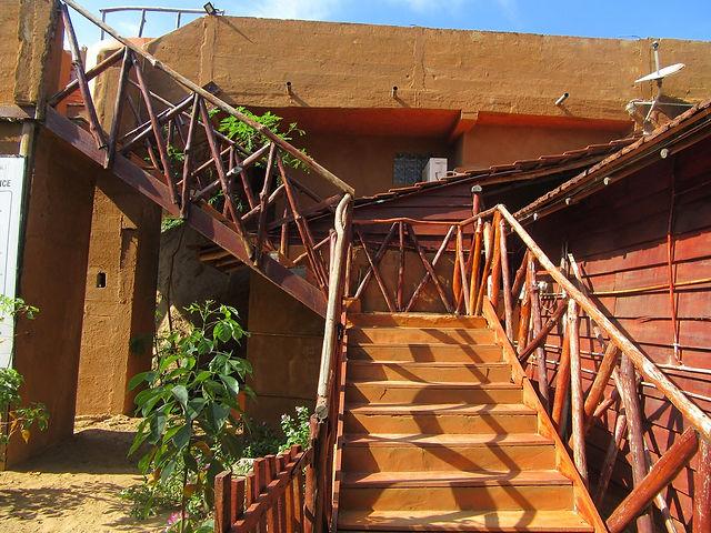 Лестница ведущая к бассейну на крыше