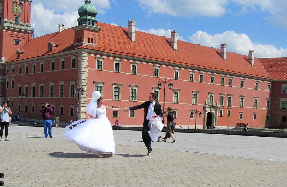 Танцующие жених и невеста
