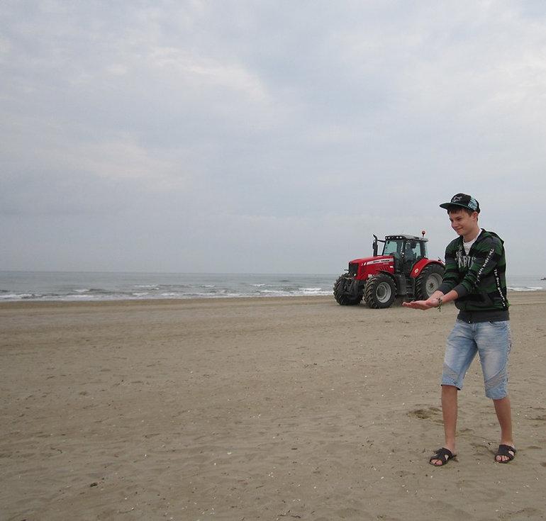 Трактор чистит пляж в Каваллино-Трепорти
