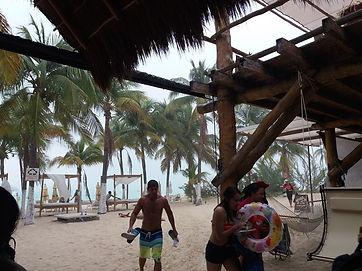 Люди разбегаются с пляжа