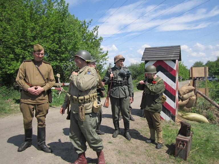 Солдаты из нескольких армий