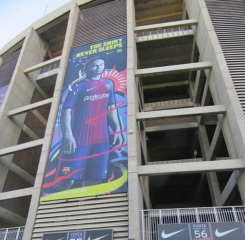 Рекламные постеры на колоннах стадиона
