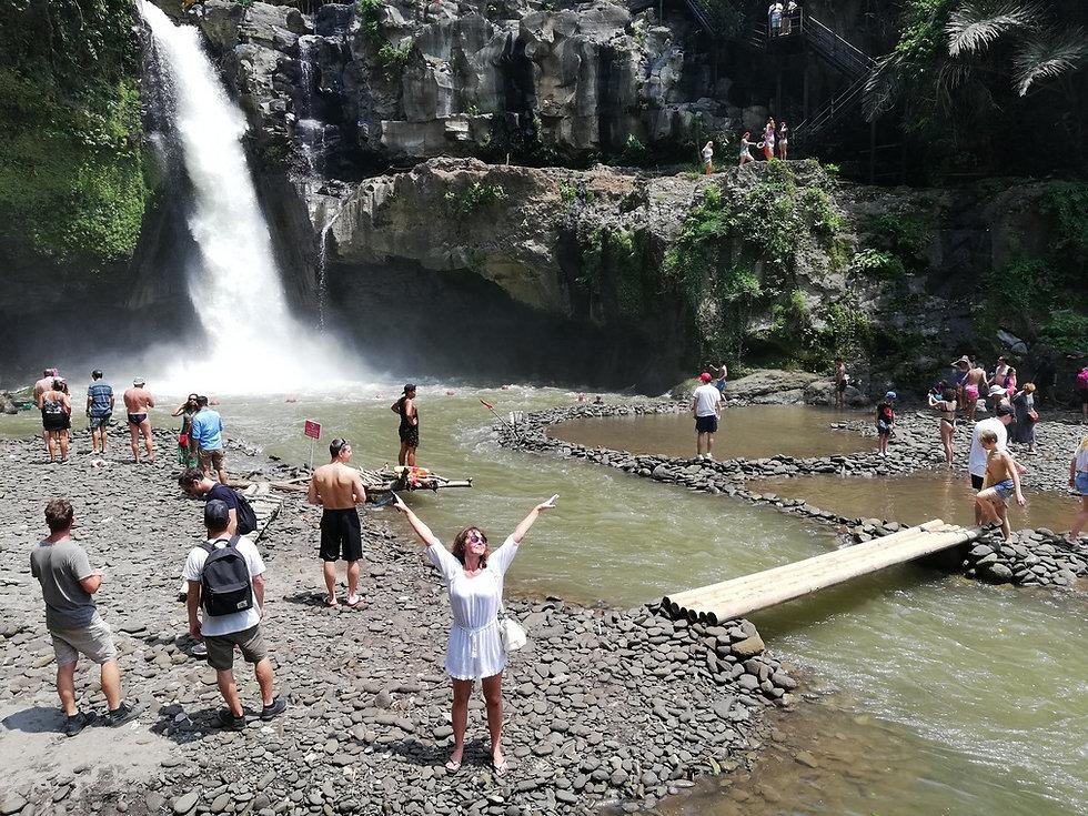 Натали возле водопада Тегенунган