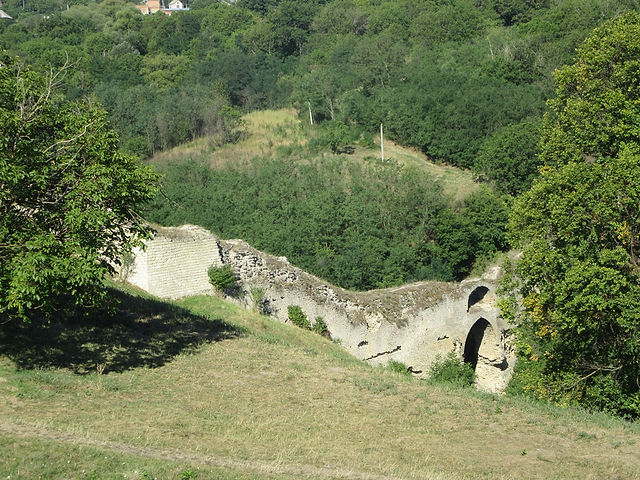 Фрагменты старых стен крепости