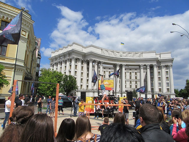 Гимнасты на улице Киева