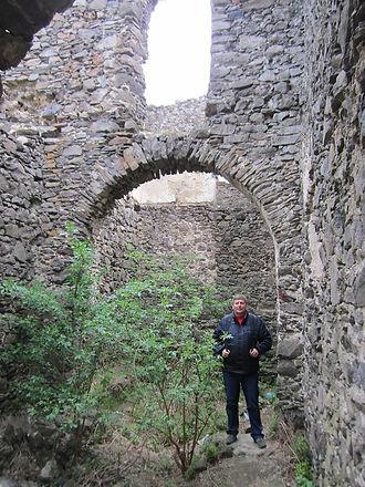 В арке замка стою я