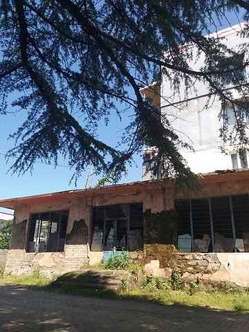 Разрушенный магазин в жилом доме