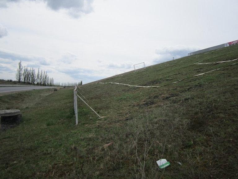 Футбольное поле на склоне холма