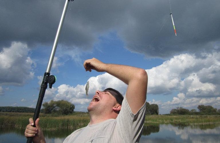 Рыбак ест свой улов