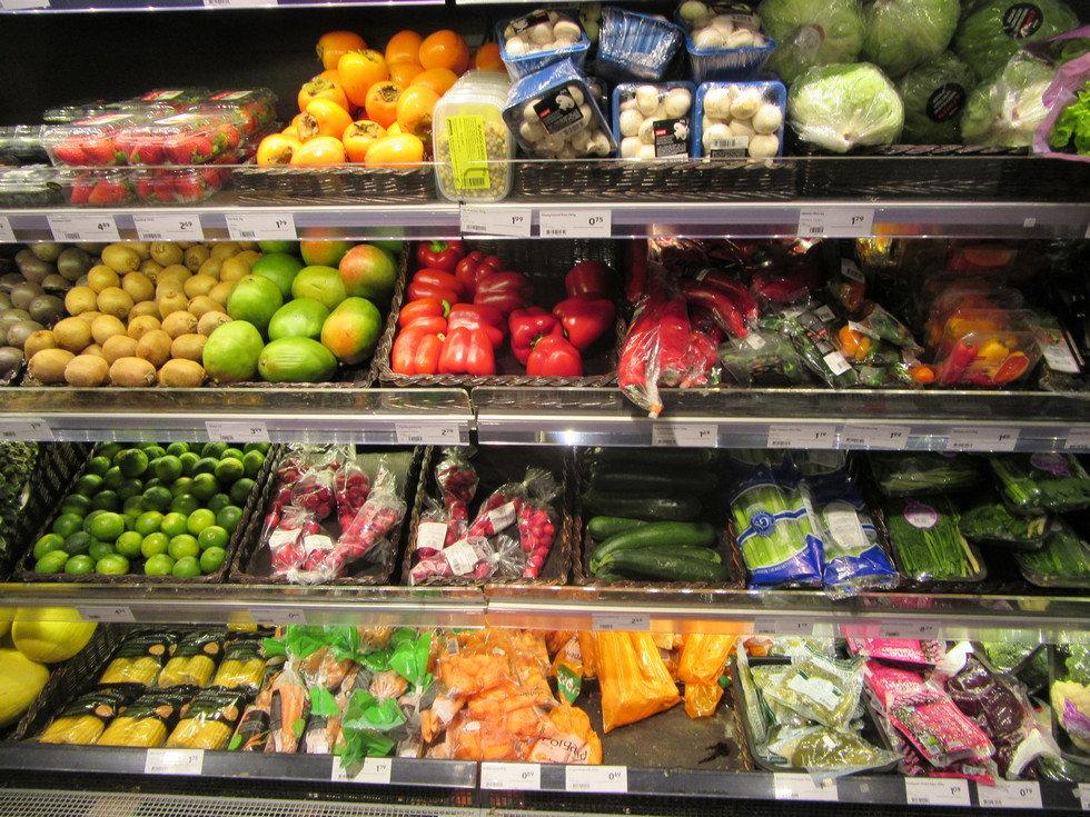 Овощи и фрукты в минимаркете