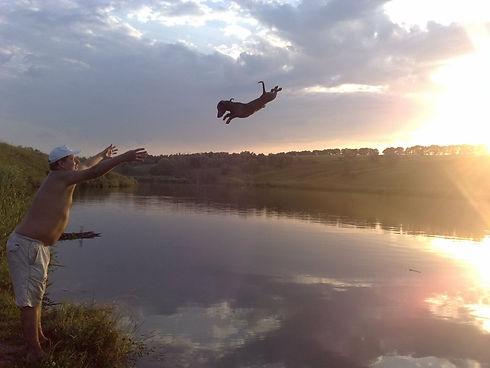 """""""Бонус"""" летит купаться в озере"""