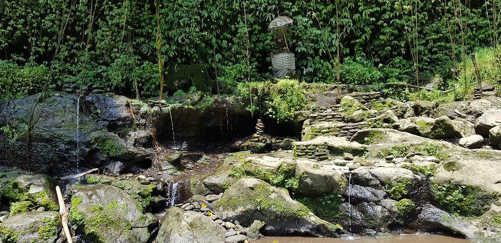 Небольшие водопады и алтарь возле Тегенунгана