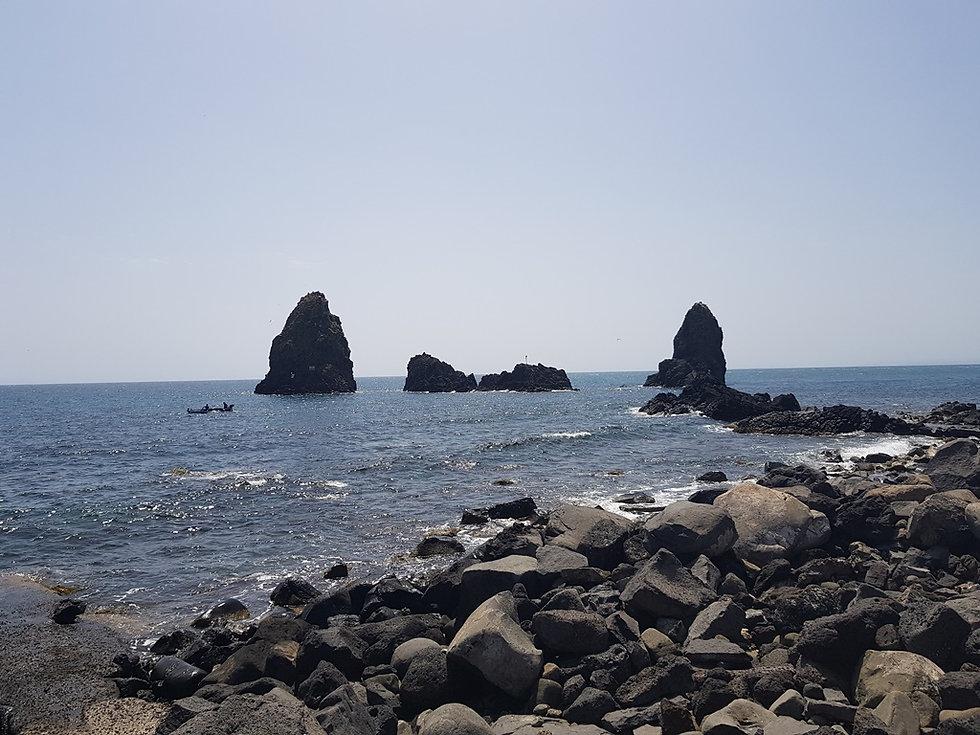 Другие скалы у побережья Ачи Треццы