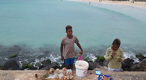 Молодые продавцы сувениров в городе Санта Мария