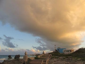 Закатные облака над островом