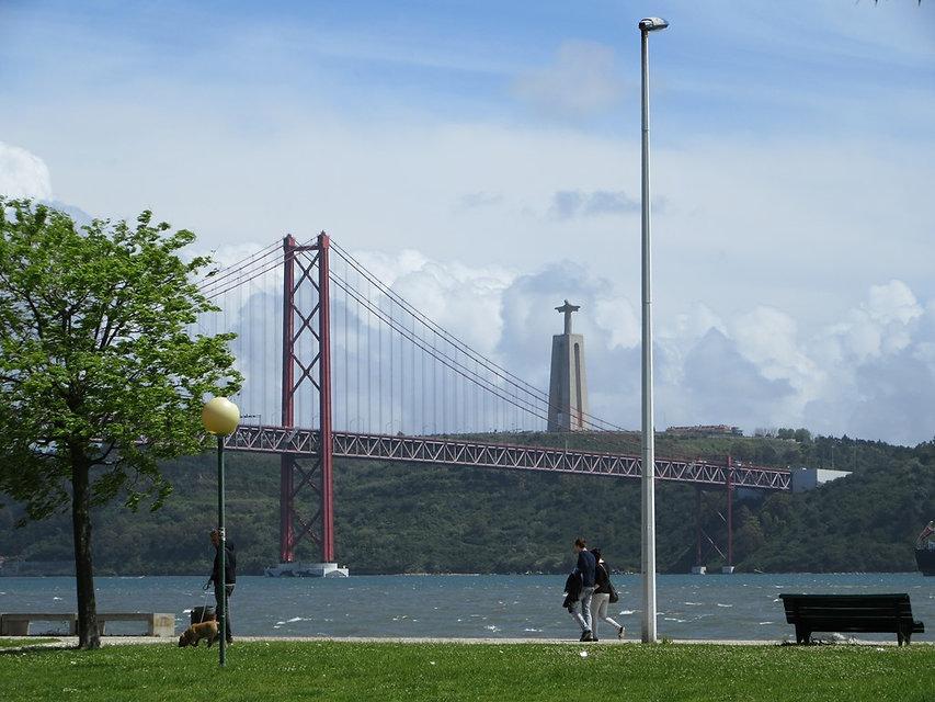 Вид на мост 25 апреля и статую Кришту Рэй