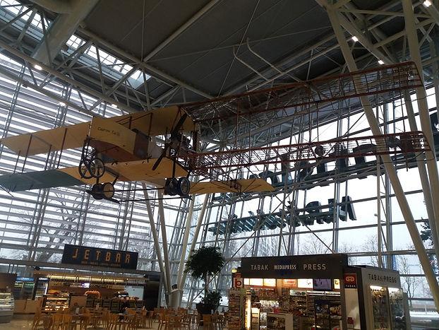 Старинный самолет в аэропорту Братиславы
