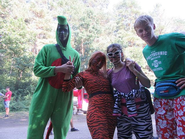 Гости фестиваля в костюмах