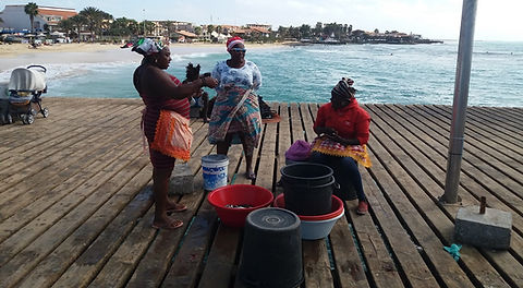 Чистильщицы рыбы на пирсе города Санта Мария