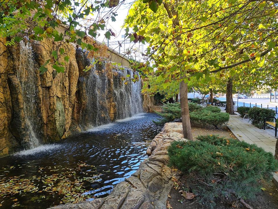 Парк с водопадом
