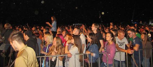 Зрители возле главной сцены