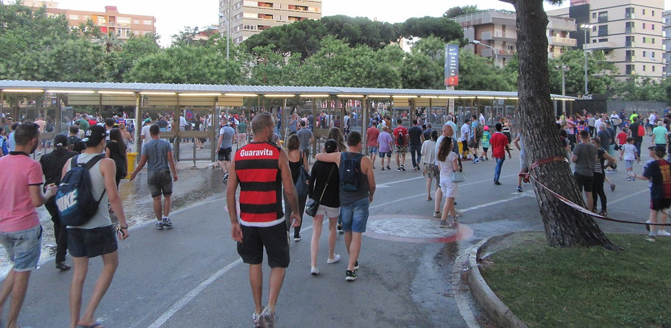 Зрители покидают стадион
