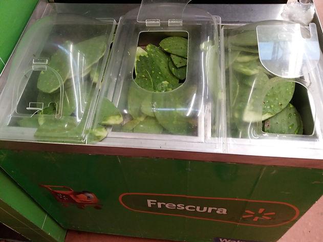 Охлажденные листья кактуса в супермаркете