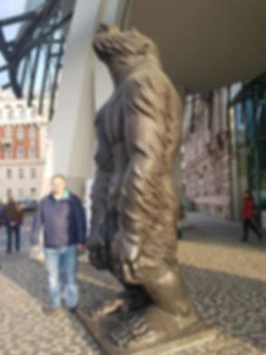 Скульптура обезьяны возле Танцующего дома