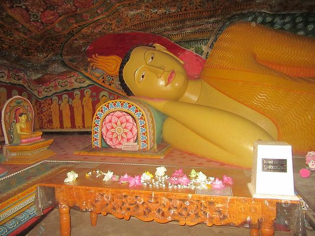 Лежащий Будда в пещере монастыря