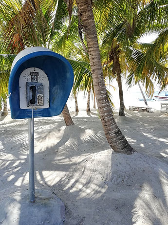 Таксофон на пляже Мано Хуана