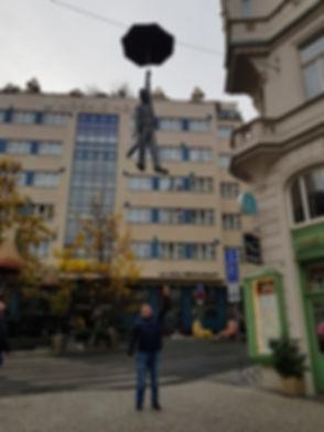 Мужчина, летящий на зонте, Прага