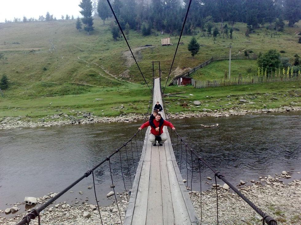 Подвесной мост через реку в Межгорье