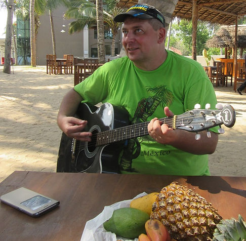 Песни под гитару в отеле города Тангалле