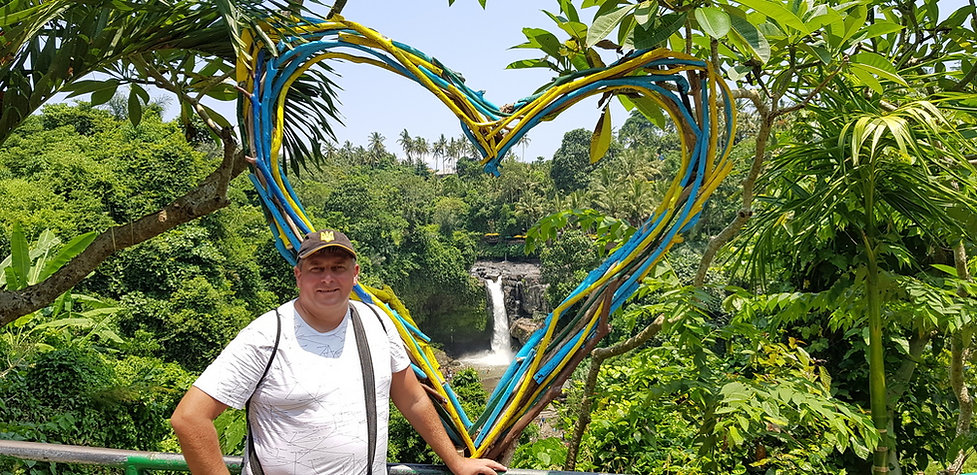 Желто-синее сердце возле водопада Тегенунган