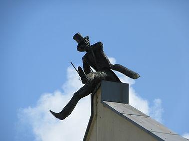 Скульптура на крыше дома в Клайпеде